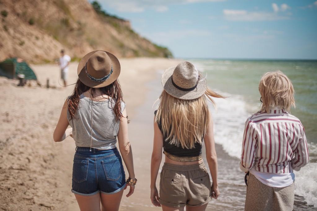women on the beach t20 8B39G6
