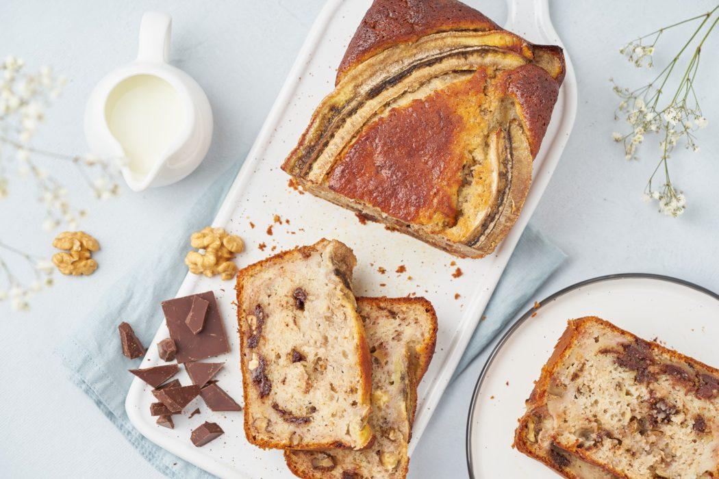 banana bread nut walnut chocolate top view sliced slice piece pan breakfast morning cup concrete t20 JzajPR