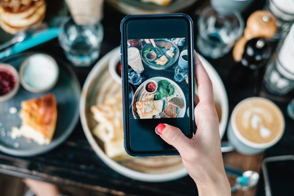 makes food pics using mobile phone t20 yXPQ42